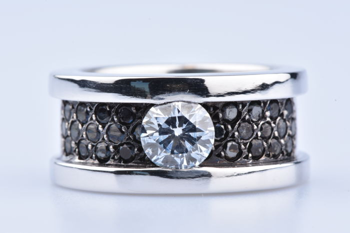 18 kt (750/1000) white gold 1 diamond of approx. 0.80 ct and 30 black diamonds of approx. 0.60 ct in total