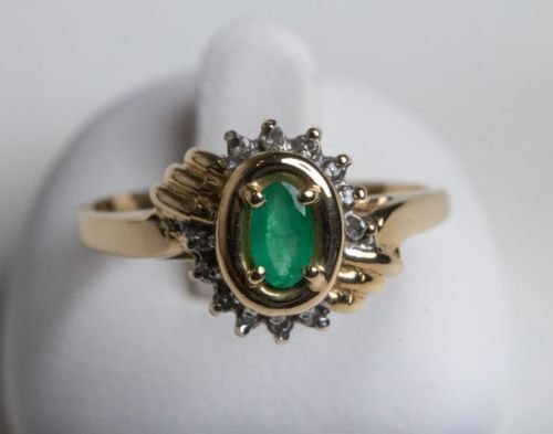 Emerald ring - 585 yellow gold with 1 emerald and 12 small diamonds in brilliant cut. Ring size: 52