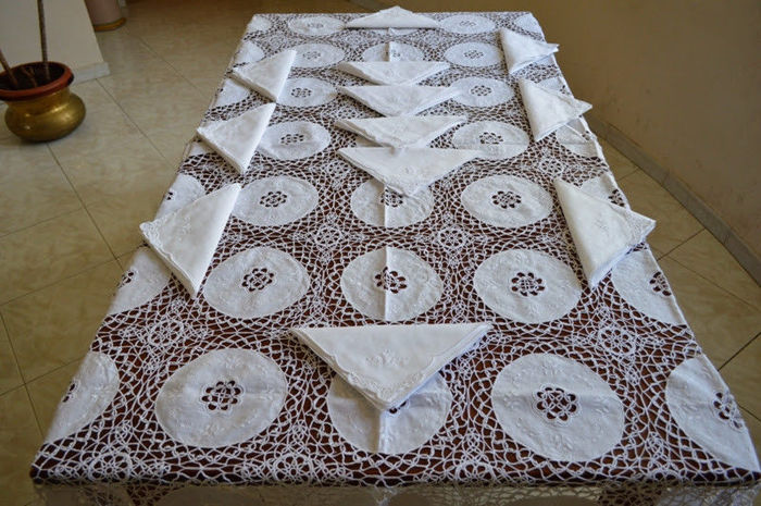 Valuable tablecloth for 12 - 100% pure linen with tatting lace and satin stitch - all handmade
