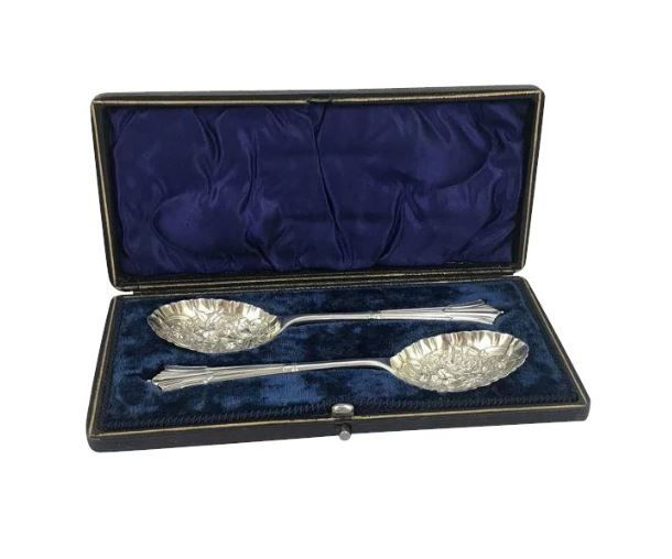Two silver plated spoons in bas-relief. in cassette - England - Ca. 1950
