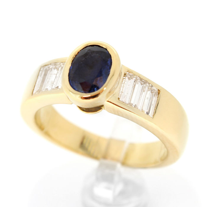 Yellow gold 18 kt ring set with 6 baguette diamonds and a blue sapphire
