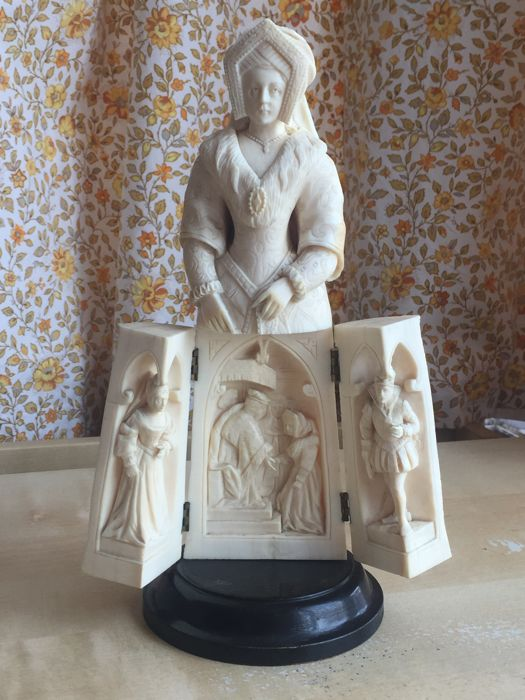 A Dieppe carved ivory triptych figure of a Queen - France - 19th century