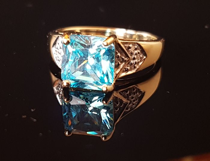 Extravagant diamond gold ring with water blue natural zircon