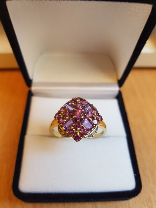 18 kt rhodium-plated and yellow gold, 4 amethysts in total 40/100 of ct, 17 rhodolite garnets of 1.12 ct in total and 4 diamonds. Size 60