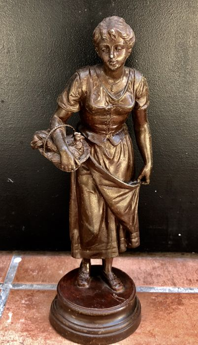 Italian sculpture - Spelter, regule. Young peasant girl, early 20th century