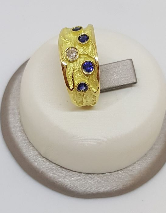 18 kt yellow gold ring with brilliant cut diamond and sapphires, 4.30 g, size 15, colour G, VS