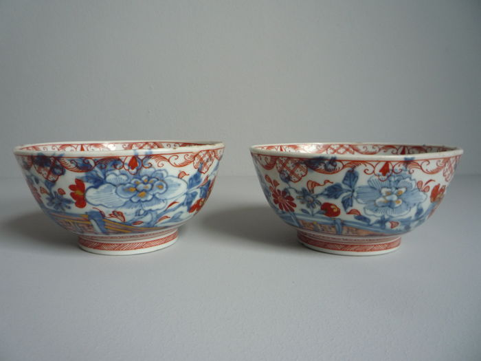 Two identical 'Amsterdams bont' Imari decorated porcelain bowls - China - 18th century