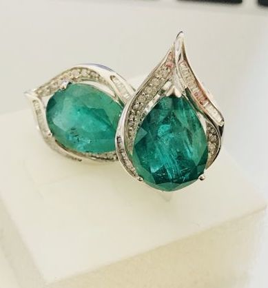 18 kt white gold earrings with diamonds and 10 ct emerald