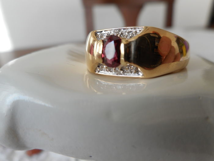 Yellow gold ring (18 kt) with ruby and diamonds, IGI certificate