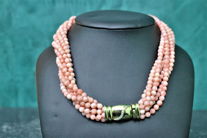Coral necklace with clasp in gold with diamonds