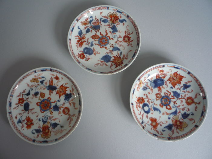 Three porcelain Chinese Imari dishes - China - 18th century