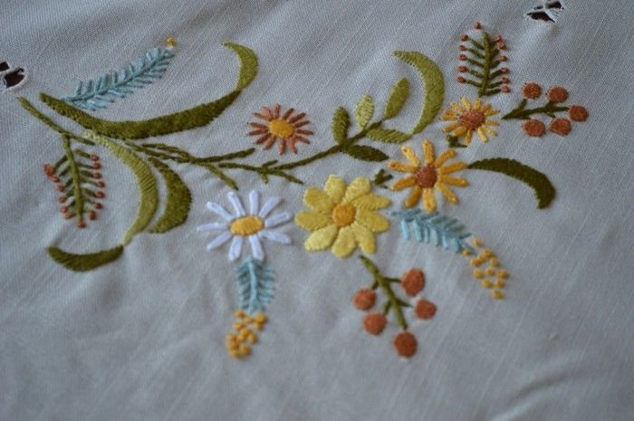 Tablecloth for 12 made of linen gauze in satin stitch - entirely handmade