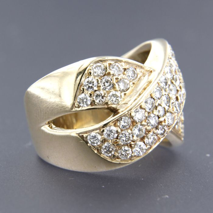 14 kt yellow gold crossover ring set with 63 brilliant cut diamonds, in total approx. 1.60 carat, ring size: 16.5 (52).