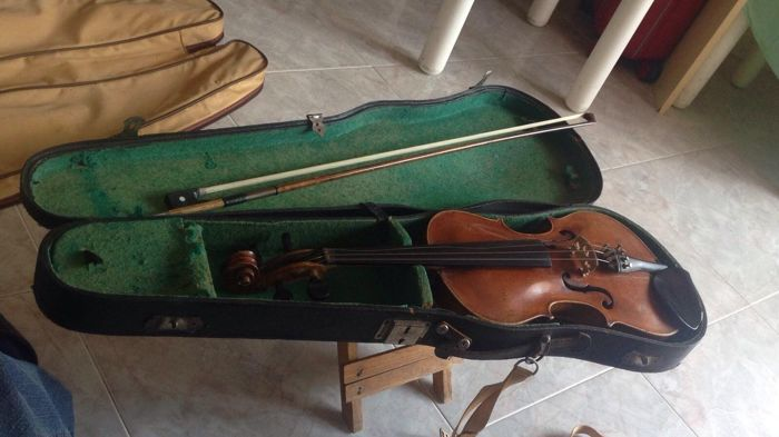 Exceptional antique violin from 1911 + Bow + Case + Carrying bag