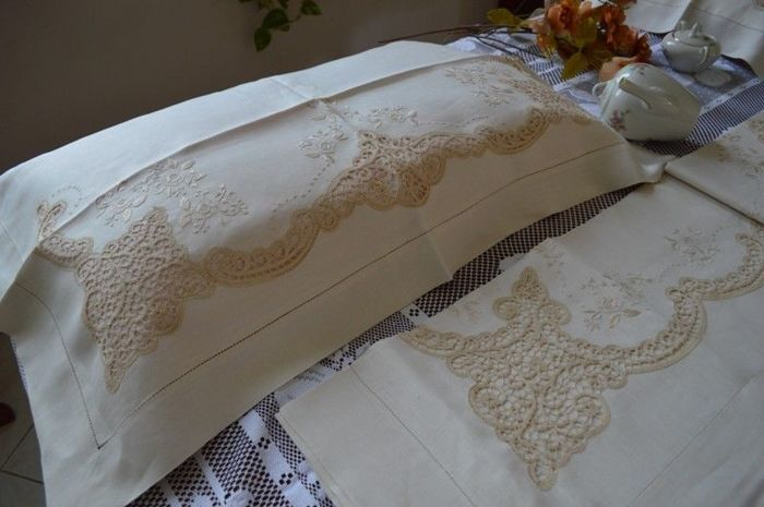 Valuable bed sheet made of 100% pure linen with Cantu embroidery and handmade satin stitch