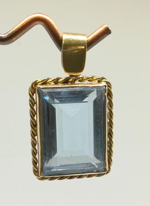 18 kt yellow gold pendant with blue topaz (10 ct approx.) - length 3.3 cm