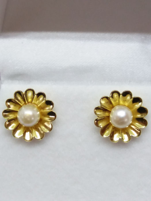 Vintage gold flower design with cream white pearls in the centre. No Reserve