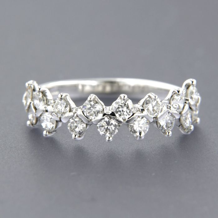 14 kt white gold ring, set with 16 brilliant cut diamonds of approx. 0.80 ct in total