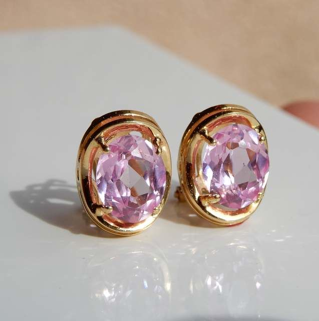 Pair of earrings and rose stones, 18 kt gold frame
