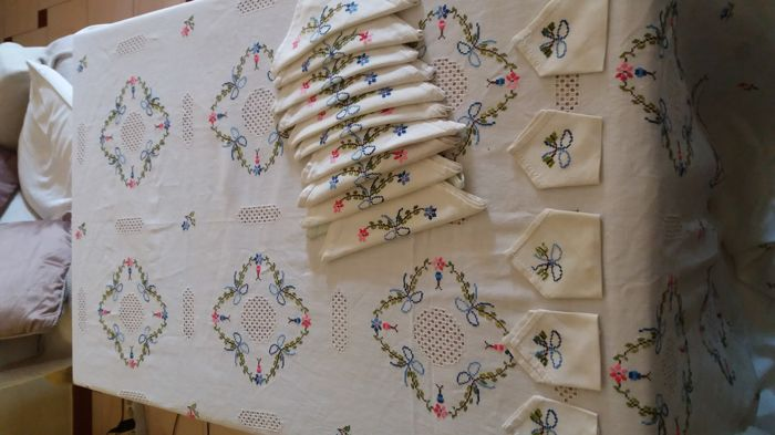 Cloth embroidered by hand in linen.