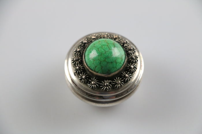 Louis rein box/pill box with green stone/sunflowers