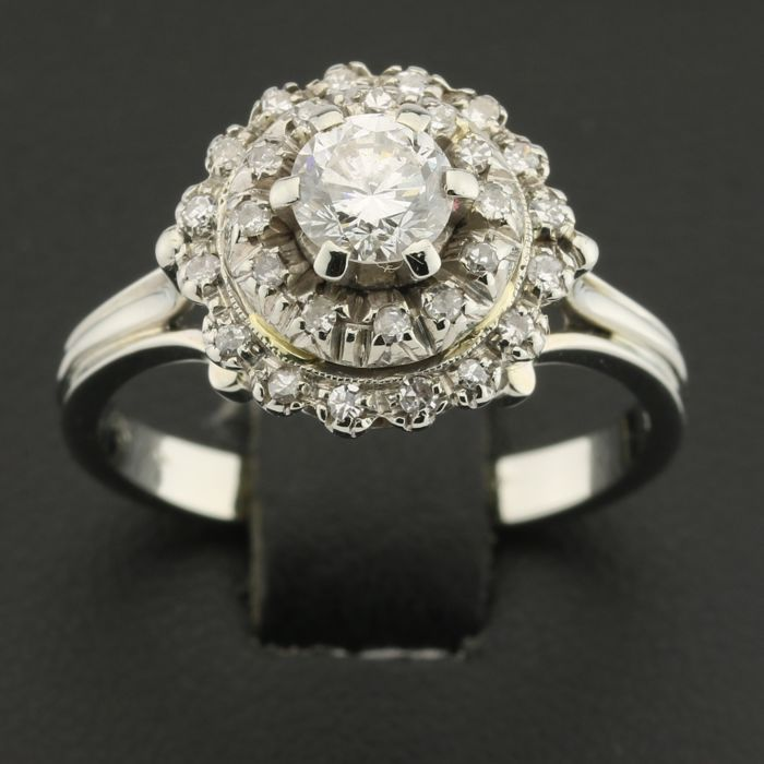 Ring in gold set with a central diamond of 0.50 ct and 28 diamonds of 0.02 ct