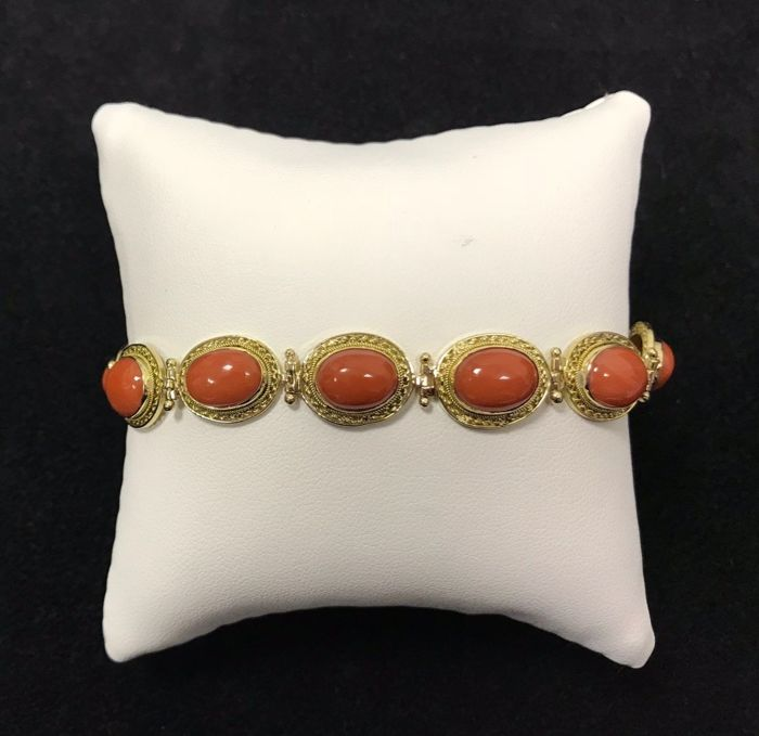 Bracelet in 18 kt yellow gold with 12 oval gems measuring 7.10 x 10 mm of cabochon cut Sardinian coral, weight: 17.50 g