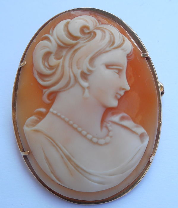 Brooch in 18k gold and Cameo hand-engraved on shell, Italy made perod 1960