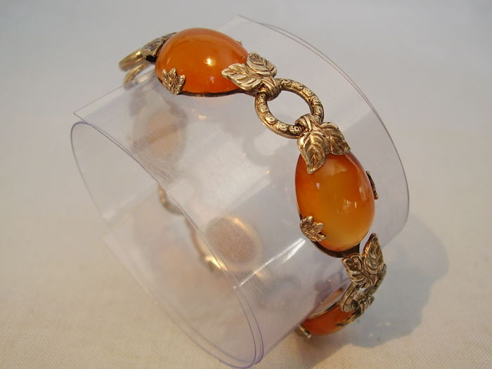 Art Deco bracelet with natural carnelian cabochons of 40 ct in total  Between rose petals