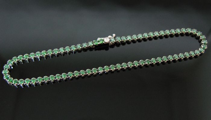 18 kt White gold tennis bracelet set with 75 natural emerald round-cut ct 1,50 tot. Measurement 18,5 cm +++ no reserve price +++