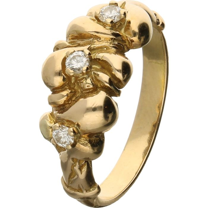 18 kt - Yellow gold ring set with 3 brilliant cut diamonds of approx. 0.12 ct in total - Ring size: 18 mm
