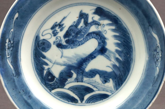 Deep platter, decorated with dragon and carp - China - ca. 1690, Kangxi period (1662–1722)