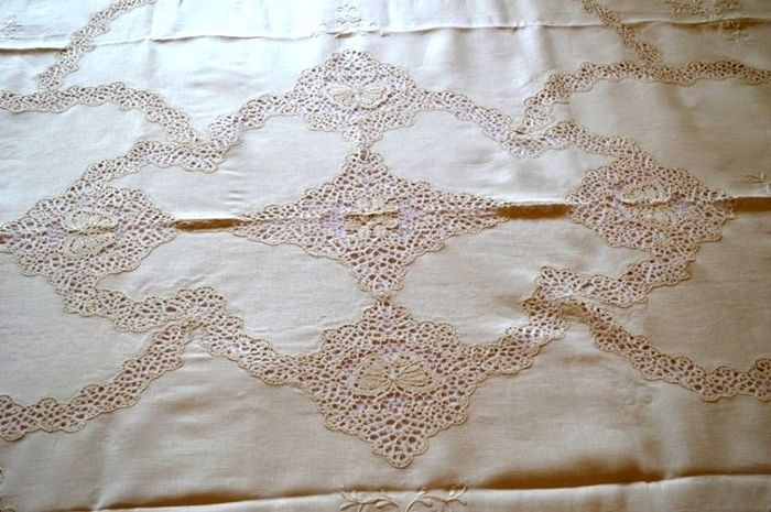 An extremely rich bedspread made of 100% pure linen with handmade pillow-lace