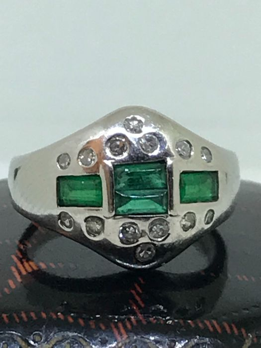 Platinum ring with emeralds and diamonds for 0.26 ct