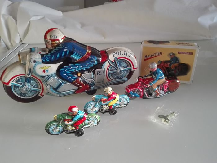 Lot with 4 motorcycles, 3 Japanese friction powered models from the 1960s - 1 clockwork model with key from China