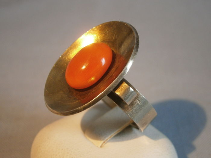 Designer ring with large, salmon red Sardegna colar cabochon of 4 ct.