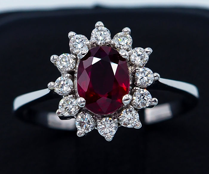 *Pigeon Blood* Ruby Ring 1.10 ct - 18kt White Gold & 12 White VS Diamonds