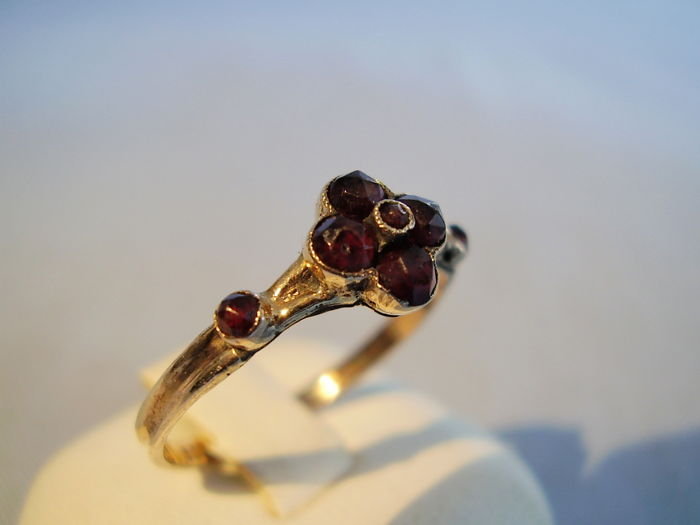 Antique golden Victorian ring with faceted garnets in rose cut totalling 0.70 ct