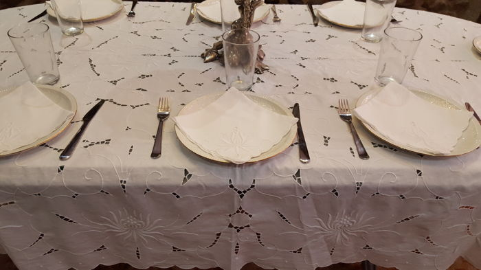 XL rectangular tablecloth embroidered by hand and cutwork - 9 napkins - 210 x 157 cm