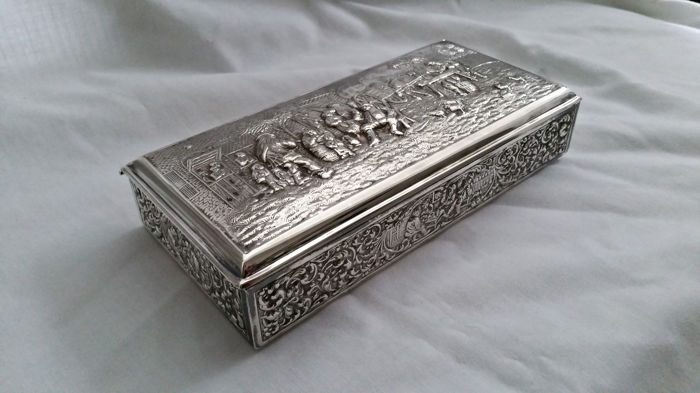 Richly decorated silver plated case with nostalgic bas-reliefs - Herbert Hooijkaas
