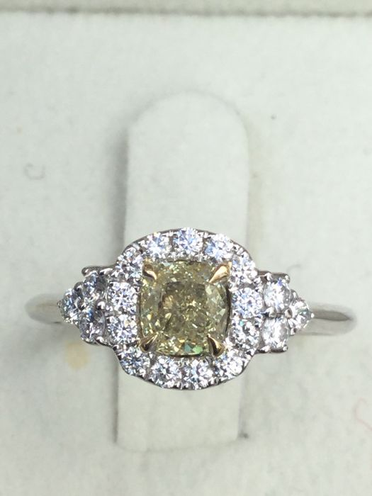 Solitaire Ring Natural Fancy Yellow Diamond VVs1 0.90ct - size 6.5 ***No reserve***