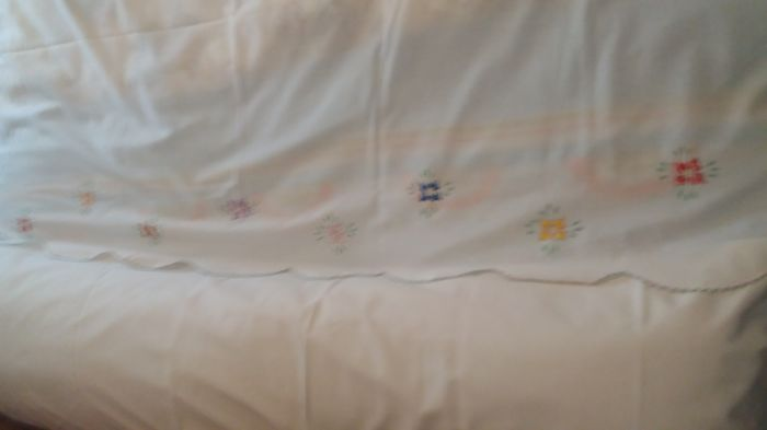 Set of sheets embroidered by hand in 100% cotton.