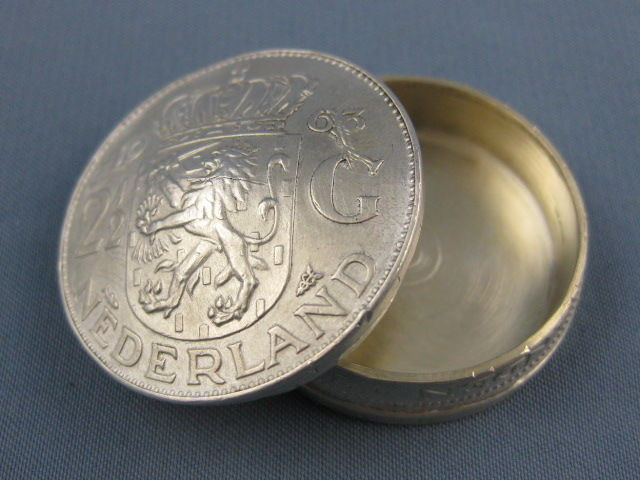Silver pill box made of 2 1/2 Netherlands guilder Juliana