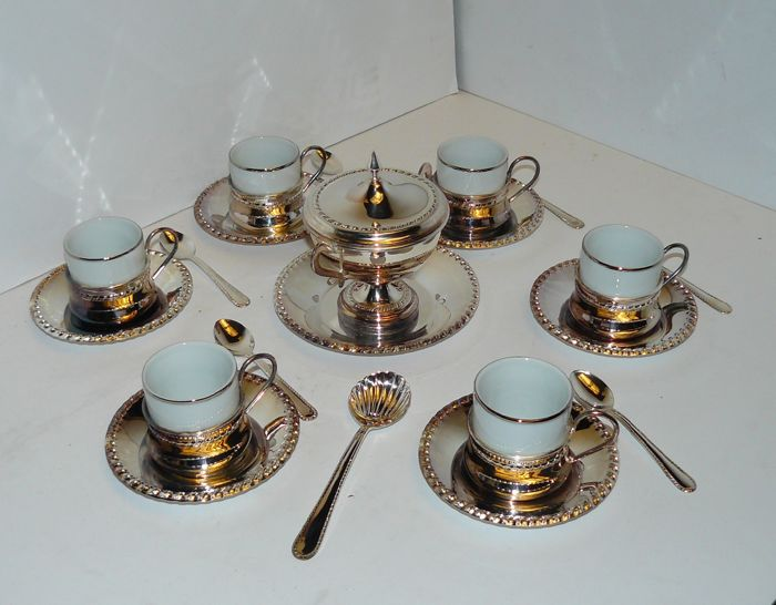 Set of 6 coffee cups in white porcelain with saucers and teaspoons, sugar bowl with lid, saucer and a shell shaped spoon - Silver 1000 - to be polished
