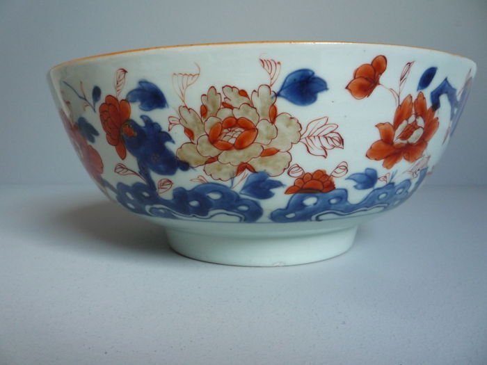 Grote, chinees Imari kom met floraal decor - China - ca. 1740