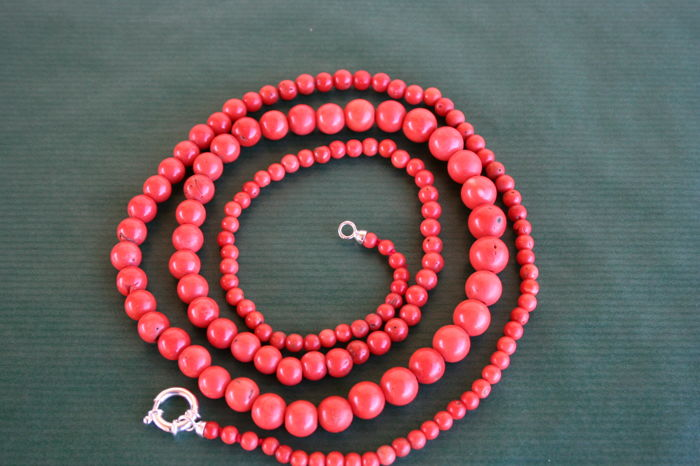 Beautiful, antique necklace made of dark salmon-coloured coral, 96.00 cm long