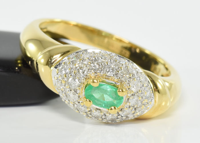 0.50 ct diamond and 0.18 ct emerald ring in 18 kt gold, Size 57.5 / 18.3 mm