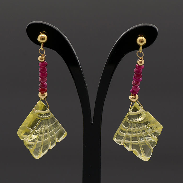 Yellow gold earring with citrine and ruby.