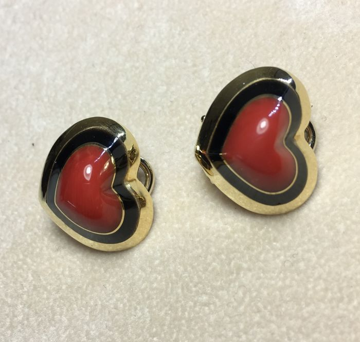 Yellow gold earrings (18 kt) with coral and onyx made in the shape of a heart with clip-on clasp
