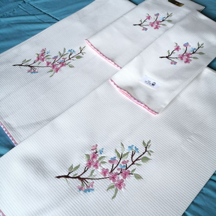 New - Four beautiful towels - Cotton - Never used